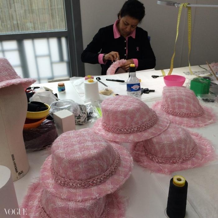 샤넬 A/W 2014 모자들이 마무리 작업을 위해 쌓여 있다