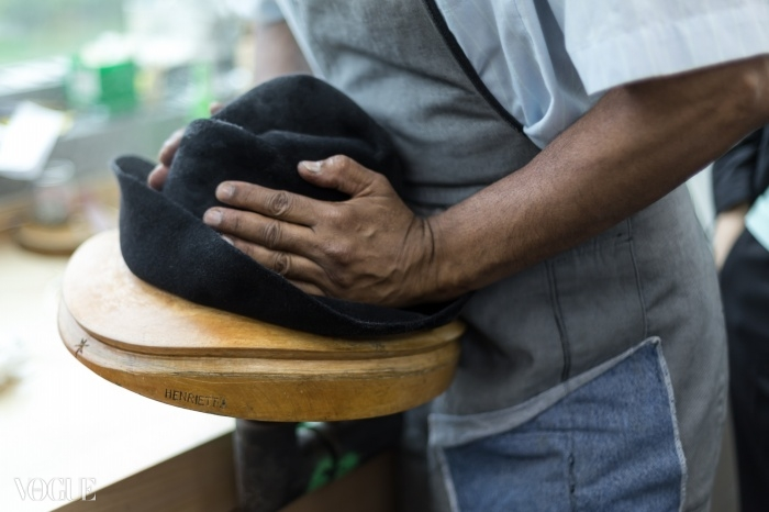 메종 미쉘의 여성 모자 장인 샤리프 히스하운드가 블록 위로 모자를 늘리고 있다. ⓒ lejournalflou.com