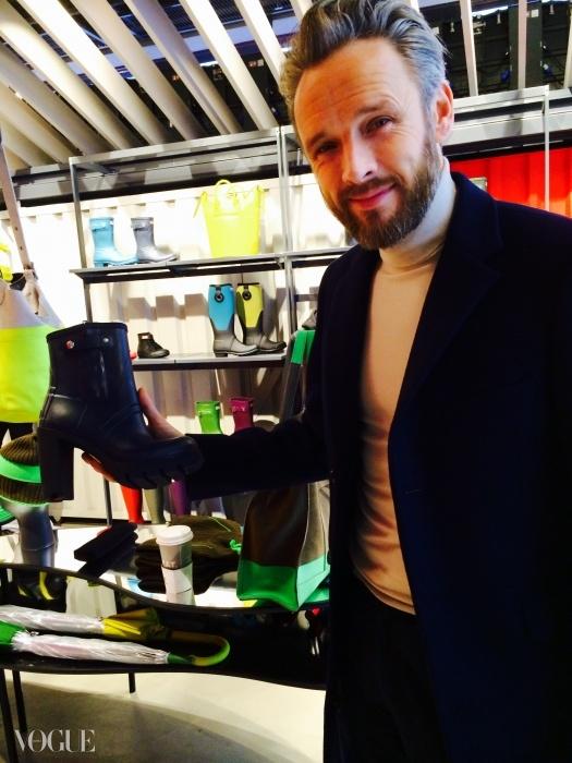 헌터의 크리에이티브 디렉터인 아라스데어 윌리스가 플랫폼 웰링턴 부츠를 들고 있다. 런던 리젠트 스트리트에 있는 자신의 첫 헌터 본점이다.