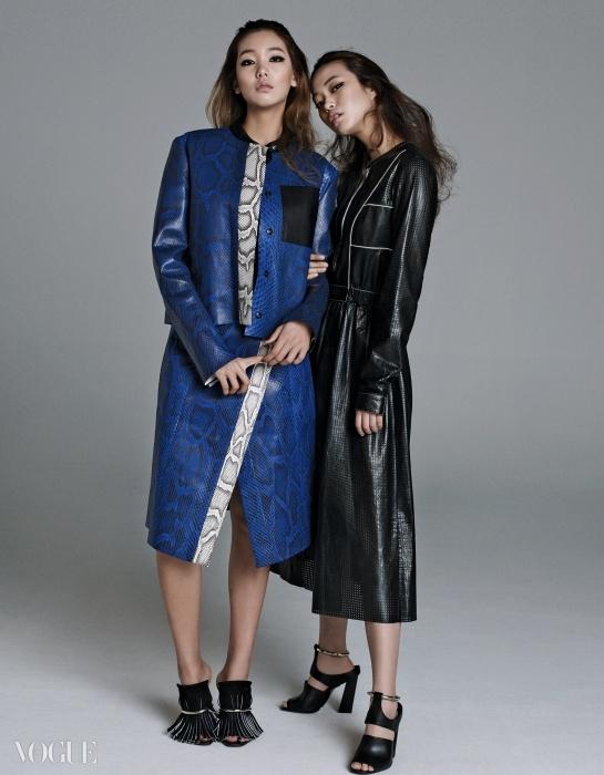프로엔자 스쿨러의 장기 중 하나는 익숙한소재를 새롭게 선보이는 방법이다. 내년봄 컬렉션 속 컬러풀한 뱀가죽 재킷과스커트, 펀칭한 얇은 가죽으로 완성한 셔츠드레스에서도 그 특징을 살펴볼 수 있다.