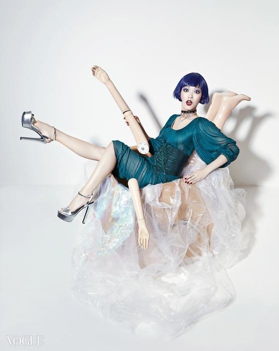 여자 모델의 주름 잡힌 실크 드레스와 뷔스티에는돌체앤가바나(Dolce&Gabbana), 플랫폼 슈즈는구찌(Gucci), 초커는 엠주(Mzuu).