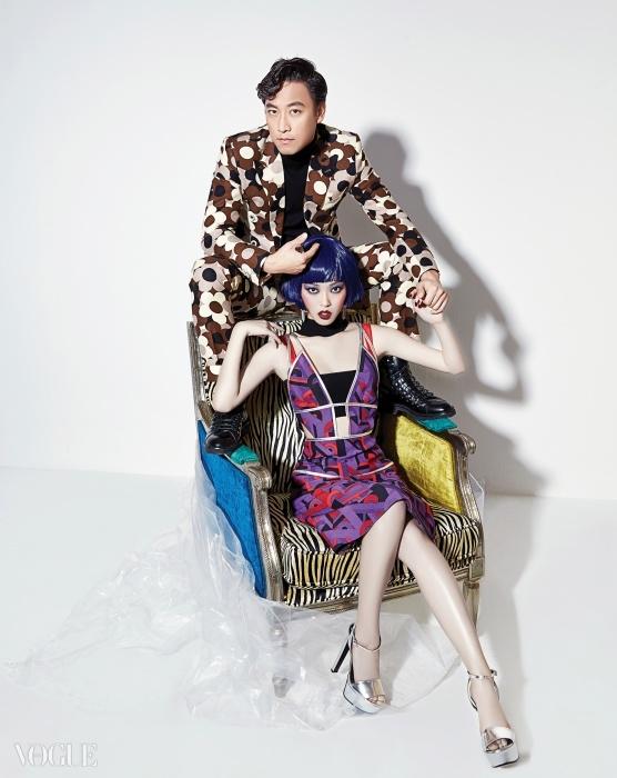 오만석의 추상적인 꽃무늬 팬츠수트는 암위(Am.We), 레이스업워커는 디올 옴므(Dior Homme).여자 모델의 기하학 프린트 원피스는프라다(Prada), 검정 브라 톱은푸시버튼(Pushbutton), 빨강브라는 아장 프로보카퇴르(AgentProvocateur), 실버 플랫폼 슈즈는구찌(Gucci), 컬러 크리스털 반지와귀고리는 스와로브스키(Swarovski).지브라 프린트 앤티크 의자는까레(Kare).