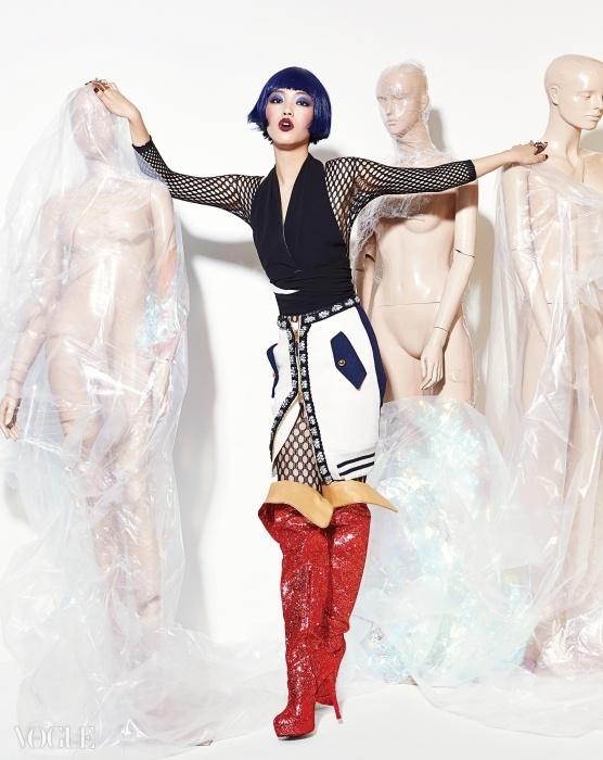 여자 모델의 딥 브이넥 브라 톱은마르니(Marni), 밧줄 디테일의 앞트임스커트는 모스키노(Moschino),골드 반짝이 싸이하이 부츠는푸시버튼(Pushbutton), 진주와 큐빅 장식스프링 반지는 엠주(Mzuu).