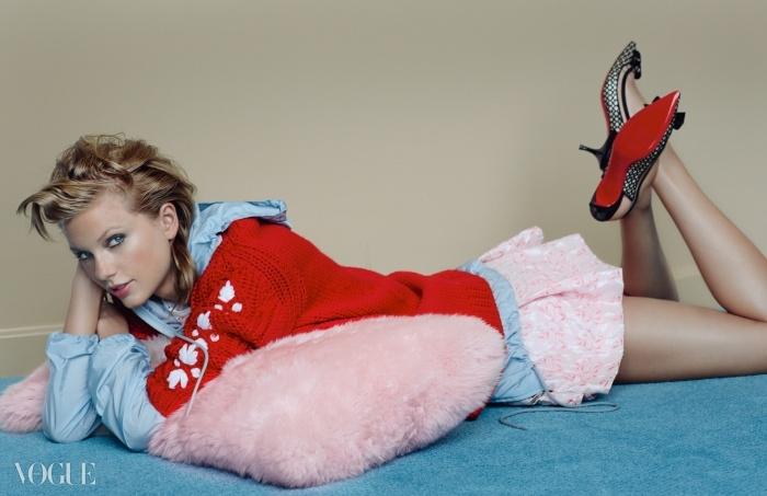 캐시미어 카디건과 나일론 윈드브레이커는 모두미우미우(Miu Miu), 핑크색 미니 드레스는 지암바티스타발리(Giambattista Valli), 가죽과 PVC 소재 힐은크리스찬 루부탱(Christian Louboutin).