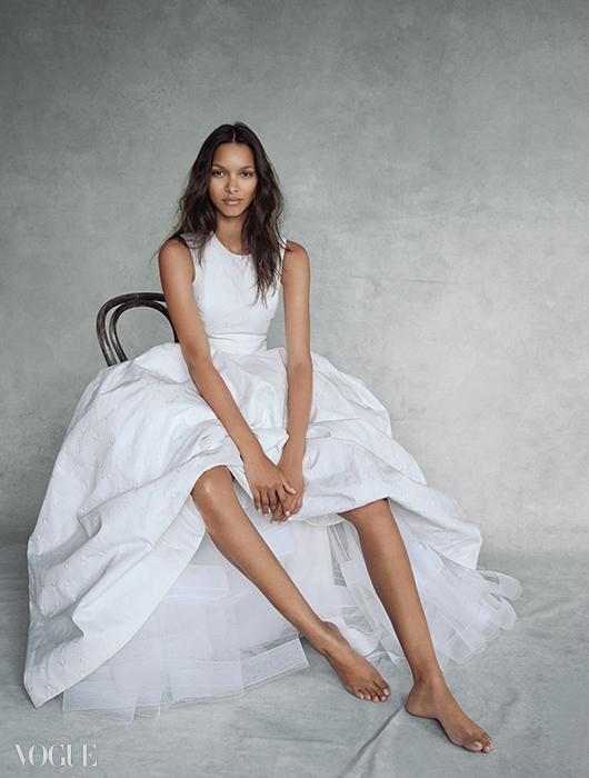 순백의 드레스를 입은 라이스는더없이 아름답다. 실크 자카드 드레스는디올 오뜨 꾸뛰르(Dior Haute Couture).
