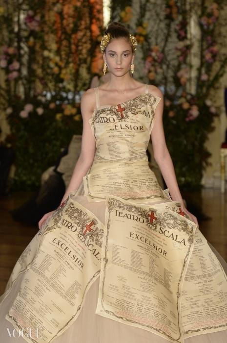 라스칼라의 시그니처 포스터들로 장식된 드레스