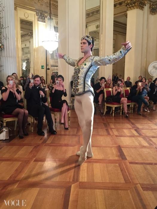 주역인 로베르토 볼레가 춤을 추고 있다