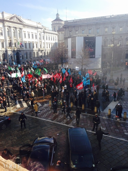 라 스칼라 외부에서 이탈리아금융조합이 시위를 벌이고 있다.