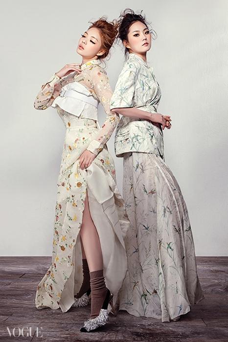 가볍고 투명한 소재들이 눈에띈 2015 봄 컬렉션. 섬세한꽃 자수 장식을 더한 블라우스와튜브 드레스, 마르셀 로샤스의'새 드레스'에서 영감받은벌새무늬 드레스가 무척 아름답다.
