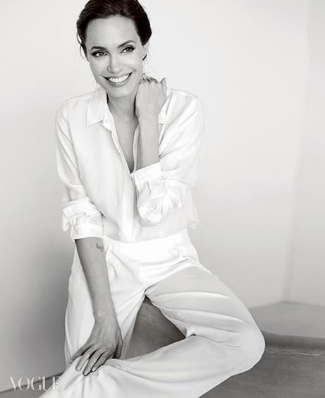 NEW DIRECTION 배우이자 감독, 그리고 유엔 난민기구의특사인 그녀는 현장에선 캐주얼한 옷을,무대에선 디자이너 드레스를 입는다.화이트 셔츠는 막스마라(Max Mara), 팬츠는할스톤 헤리티지(Halston Heritage).
