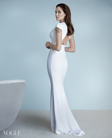 NEW DIRECTION화이트 드레스는 버버리프로섬(Burberry Prorsum),귀고리는 아니타코(Anita Ko).