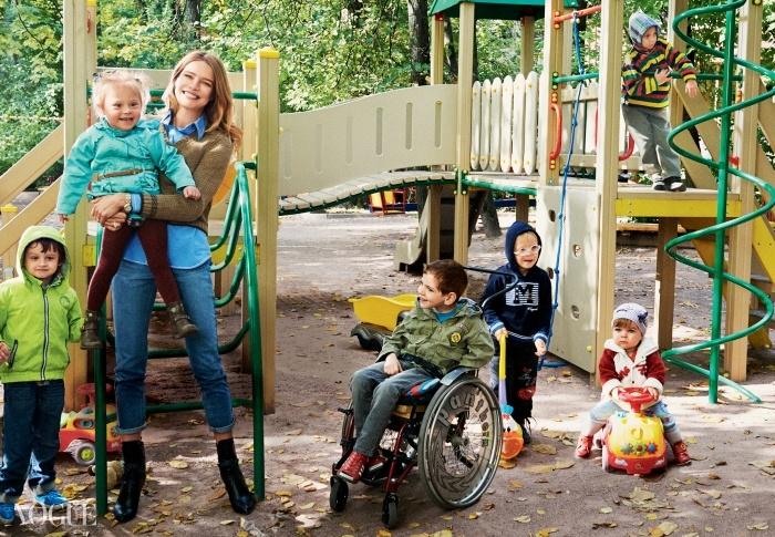 나탈리아 보디아노바가 장애아들이 접근 가능하도록 만든모스크바의 한 놀이터에서 포즈를 취하고 있다.스웨터와 셔츠는 프라다(Prada), 부츠는 루이 비통(Louis Vuitton).