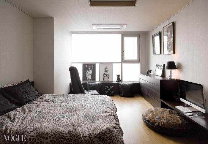그의 취향이 고스란히 담긴 모던한 블랙 침실. 크롬하츠의 흔들의자와 가죽 쿠션들이 창가를 장식하고 있다.