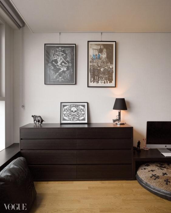 모던한 공간에 더없이 잘 어울리는 아티스트 런던 폴리스 작품들과 필립 스탁의 총 모양 스탠드.