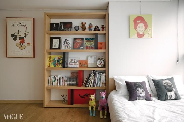 월트디즈니 오리지널 포스터와 그가 사모은 특별한 사진집들, 그리고 태양과 마이클 잭슨을 합성해 작업한 아티스트 권민아의 작품과 펫츠 락 쿠션들이 공존하는 게스트룸.