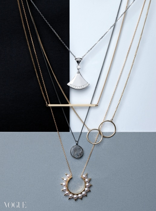 MINIMAL MIND(위부터)화이트 골드에다이아몬드를 더한 부채꼴목걸이는 불가리, 막대장식과 두 개의 원 장식목걸이는 넘버링, 잿빛 원석참 목걸이는 젬앤페블스,진주 장식 목걸이는 타사키.