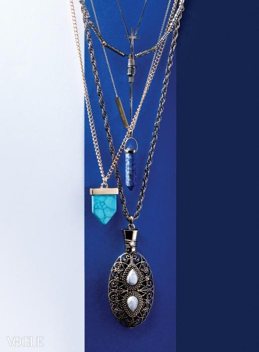 BOHEMIAN RHAPSODY(위부터)십자가 장식 목걸이는젬앤페블스, 푸른색 스톤장식 목걸이와 커다란 펜던트목걸이는 사만타 윌리스(at옵티컬 W), 청록색 펜던트목걸이는 포에버 21.