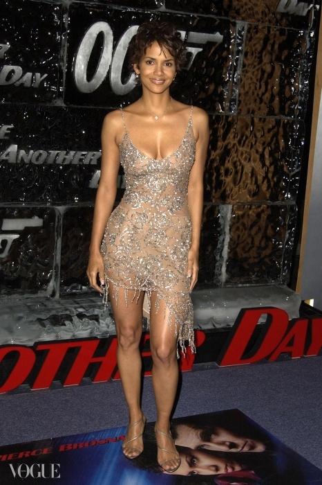<007 다이 어나더 데이> LA 시사회에서 콜레트 디니건의 드레스를 입은 할리 베리