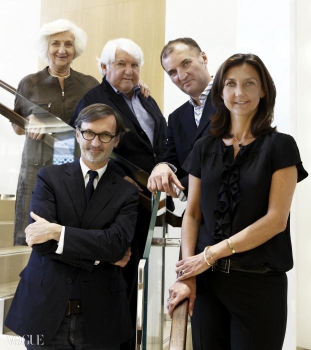 카세그랭 가족:소매유통관리담당 미쉘과 필리페 카세그랭 회장, 회장의 아이들인 CEO 장, 미주 롱샴 총담당 올리비에, 그리고 아트 디렉터 소피