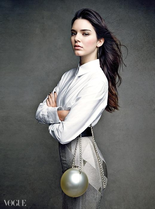 SOCIAL SPHERE지금 이 순간 작은 이브닝백은 무엇이든 멋져보인다. 호화로운 클러치든, 미노디에르 백이든,켄달이 든 볼 모양 백이든 간에 말이다.아크릴 소재의 볼 모양 백은 샤넬(Chanel),흰 셔츠와 비즈 장식 스커트는 보스(Boss), 귀고리는 제니퍼 피셔(Jennifer Fisher),벨트는 오스카 드 라 렌타(Oscar de la Renta).