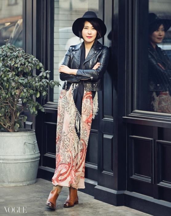 페이즐리 무늬 드레스는에트로(Etro), 바이커 재킷은생로랑(Saint Laurent),라이딩 부츠는 랄프 로렌(RalphLauren), 모자는 메종 미셸(MaisonMichel at Rare Market),장소는 클럽모나코 맨즈샵.
