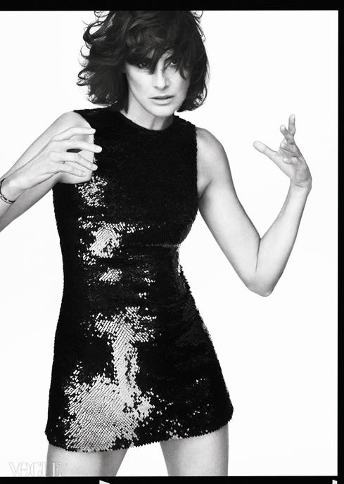 스팽글 장식 드레스는 생로랑(Saint Laurent).