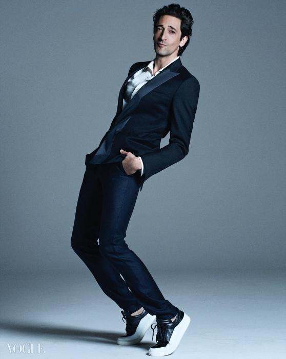 감색 수트와 셔츠는 모두 돌체앤가바나(Dolce&Gabbana).