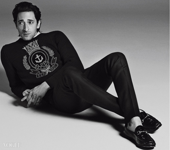 자수를 놓은 검정 스웨터와 구두는 구찌(Gucci),셔츠는 디올 옴므(Dior Homme), 바지는 루이 비통(Louis Vuitton).