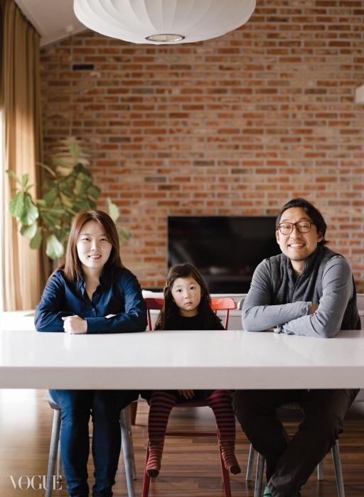 영화 프로듀서 김종대와 인테리어 디자이너 권희라, 그리고 이 집에서 나고 자란 다섯 살 난 딸 아민.