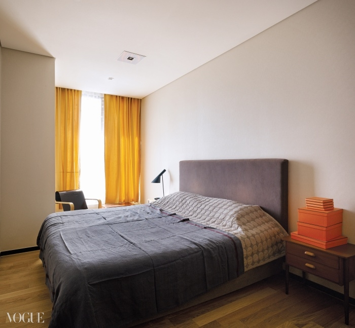 덕시아나 침대와 알바 알토의 의자가놓인 풍경이 안락한 침실.