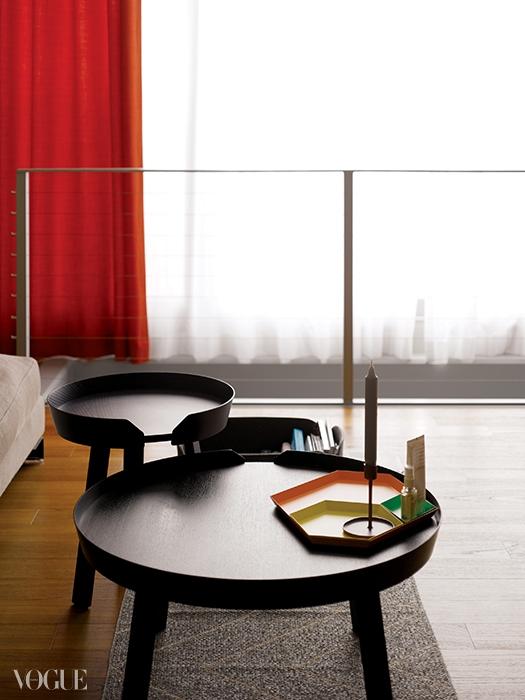 무토(Muuto)의 더블테이블 위엔 헤이(Hay)의 접시가놓여 있다. 회색 벽과 잘 어울리는제네바(Geneva)의 빨간색 스피커.1층과 지하 거실이 연결된 계단.USM의 노란색 TV장과 빨간색커튼이 조화를 이룬다.