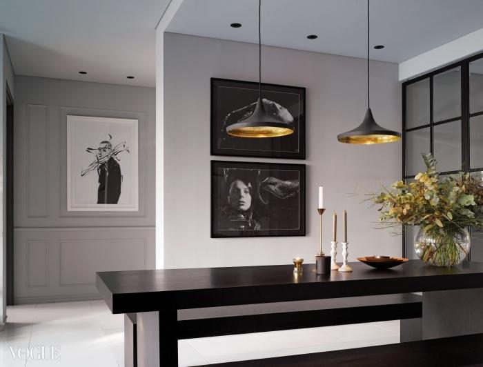 다리아 워보위 화보 사진을 액자로 만들어벽에 걸고 나니 몰딩 도어나 블랙 식탁 세트와어우러져 모던한 조화를 이룬다.