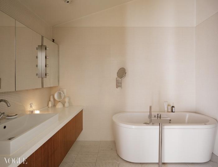 깔끔한 타일로 장식한 욕실은호텔을 연상시킨다.