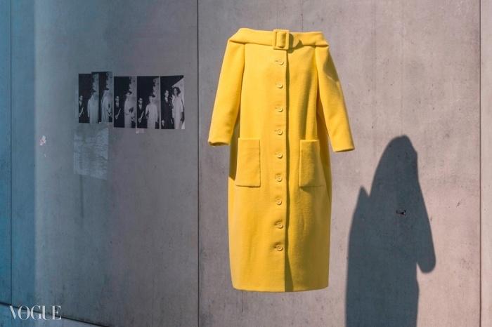 칼 라거펠트가 1954년 울마크 상을 수상한 노란색 울 코트