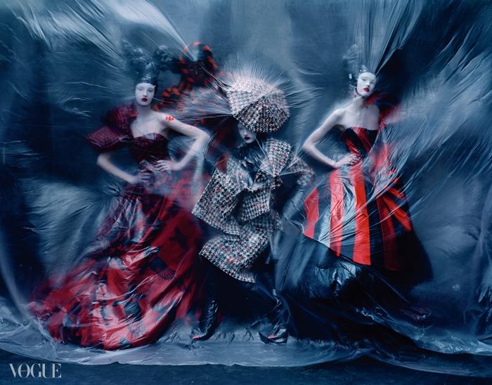2009 F/W'The Horn of Plenty'새 프린트 드레스, 트위드 재킷과 스커트, 세로줄무늬 튜브 드레스까지, 빨강과 검정의 강렬한대비가 눈길을 사로잡는다. 우산 모양 헤드피스는필립 트레이시(Philip Treacy) 작품.