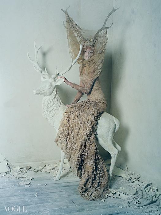 2006 F/W 'The Widows of Culloden'절친 케이트 모스의 홀로그램이 캣워크를 맴돌았던 컬렉션. 섬세한자수 장식 드레스와 수지 소재 뿔이 신비로운 분위기를 연출한다.