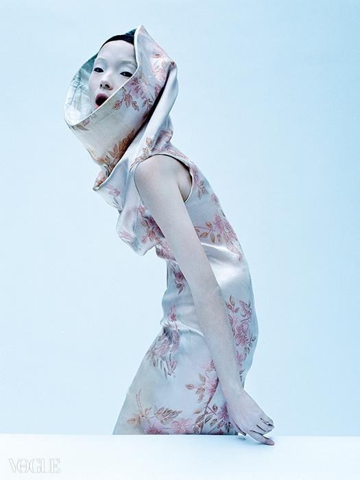 1997 S/S 'La PoupÉe'모델들을 물 위에서 걷게 할 용기가 있는 디자이너가또 있을까? 자수 장식 실크 드레스를입은 모델의 모습은 초현실적으로 아름답다.
