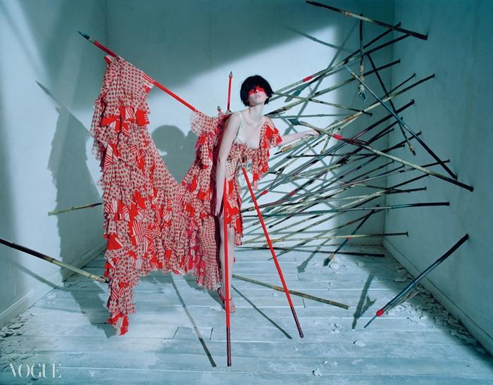 2002 S/S 'Dance of the Twisted Bull'투우 장면을 배경으로 펼쳐진 컬렉션. 핏빛으로 물든 러플들의 반란이 시작된다.