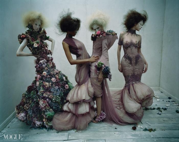 2007 S/S 'Sarabande'핸델의 음악에서 영감을 얻어 탄생한 실크 드레스에서는 은은한봄의 향기가 나는 듯하다.