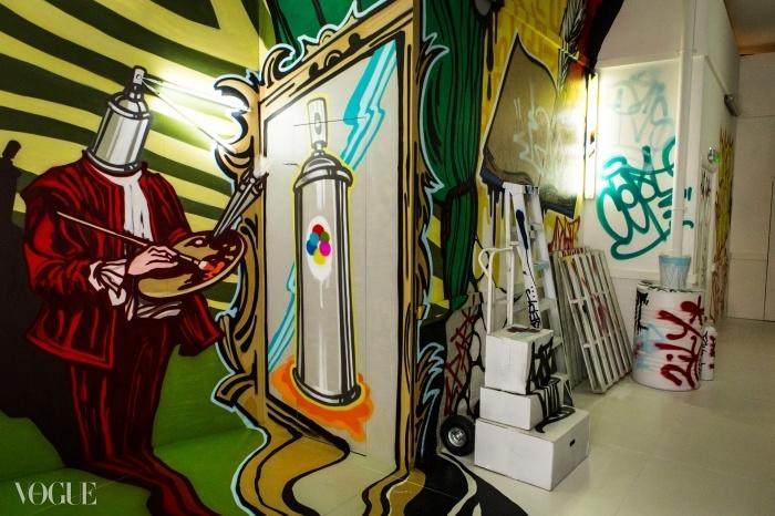 아티스트 Cept의 팝아트 그래피티로 꾸며진 도시 부문의 벽들