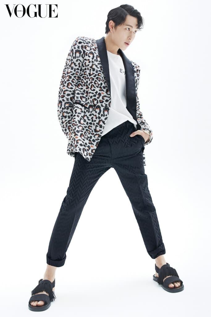 레오퍼드 시퀸 재킷과 기하학 패턴의 블랙 팬츠는 문수 권(Munsoo Kwon), 티셔츠는 앙팡 리쉬 데프리메(Enfants Riches Deprimes at Tom Greyhound), 샌들은 지미 추(Jimmy Choo).