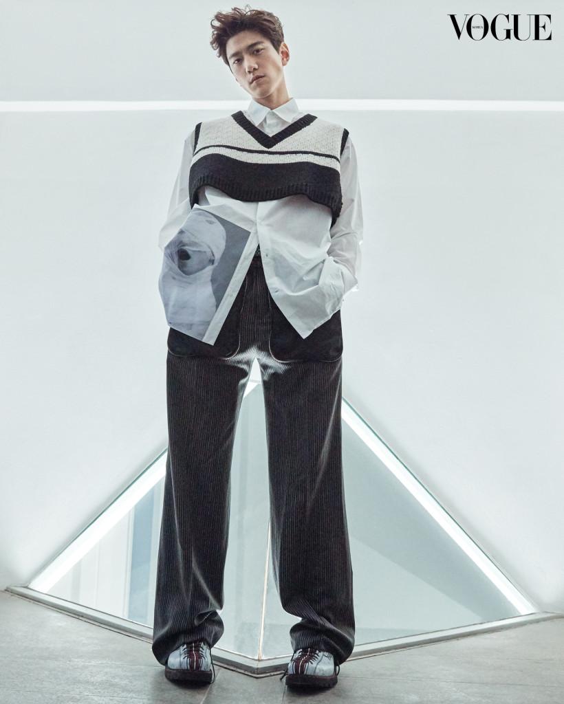 흰색 프린트 셔츠와 브이넥 크롭트 니트 베스트는 라프 시몬스(Raf Simons at Boon The Shop), 스트라이프 패턴의 와이드 슬랙스는 지방시(Givenchy at Boon The Shop), 벨트는 페라가모(Ferragamo), 구두는 디올 옴므(Dior Homme).
