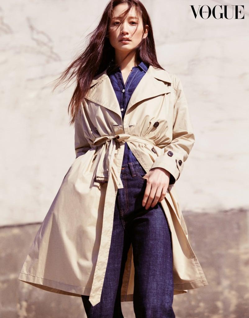 캐주얼한 데님 팬츠와 리넨 워크 셔츠 그리고 가볍고 바스락거리는 코튼 소재의 트렌치 코트.
