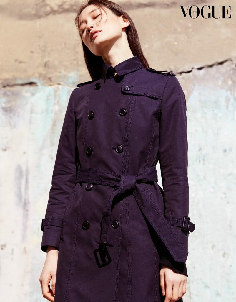 정통 트렌치 코트 스타일을 응용한 네이비 컬러의 트렌치 코트.