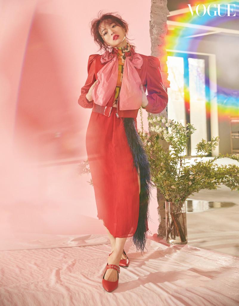 그래픽적인 플라워 패턴 톱과 깃털 디테일의 레드 스커트는 프라다(Prada), 핑크 리본 장식 가죽 재킷은 구찌(Gucci), 버클 뮬은 레이첼 콕스(Rachel Cox).