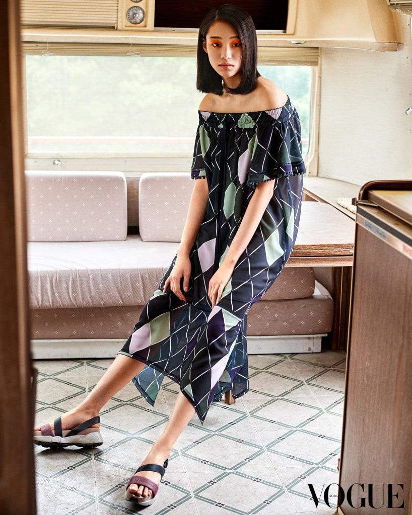 아가일 패턴의 폴리 시폰 소재 오프숄더 드레스, 풋패드로 편안한 착화감을 선사하는 샌들. 모두 구호(Kuho) 제품.