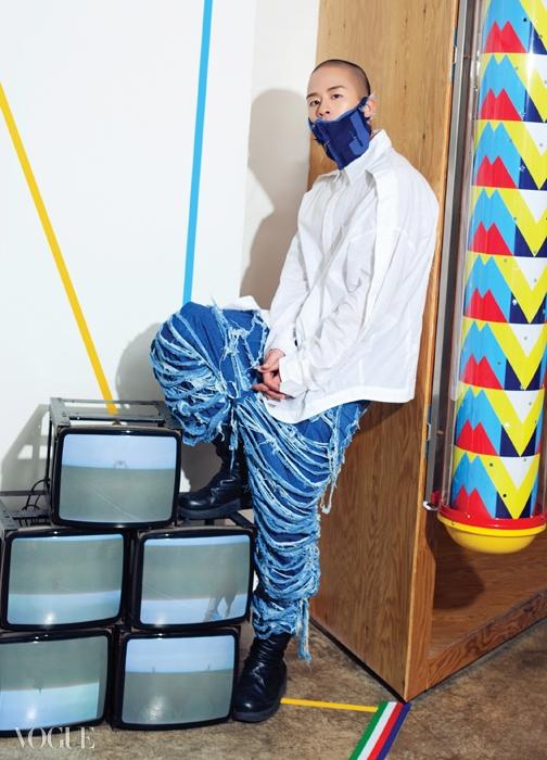 데님 상의와 데님 팬츠는준야 와타나베(Junya Watanabe),나머지는 천재노창 개인 소장품.