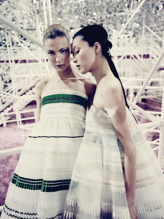 Pleats Please성희가 입은 트라페즈 드레스에는 여성적인우아함이 깃들어 있다.
