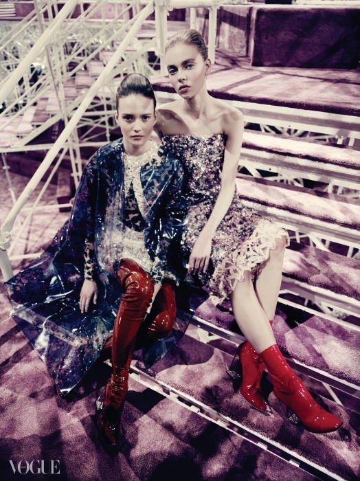 Shine Your Light프린트를 더한 PVC 소재 코트와 금속 꽃송이로 장식한드레스에서는 미래적인 로맨티시즘이 느껴진다.반짝임 가득한 의상은 파올로 로베르시(Paolo Roversifor Dior)의 사진 속에더 더욱 빛난다.