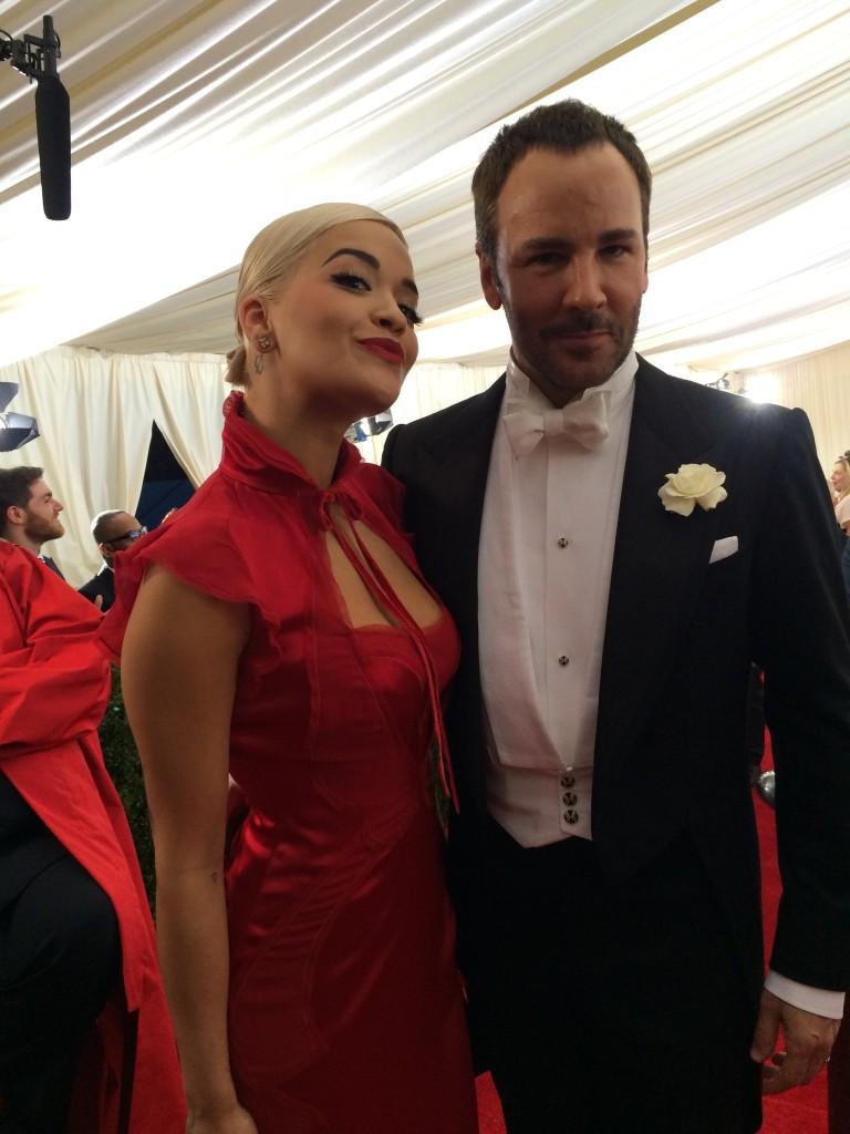 톰 포드와 톰 포드 드레스를 입은 리타 오라